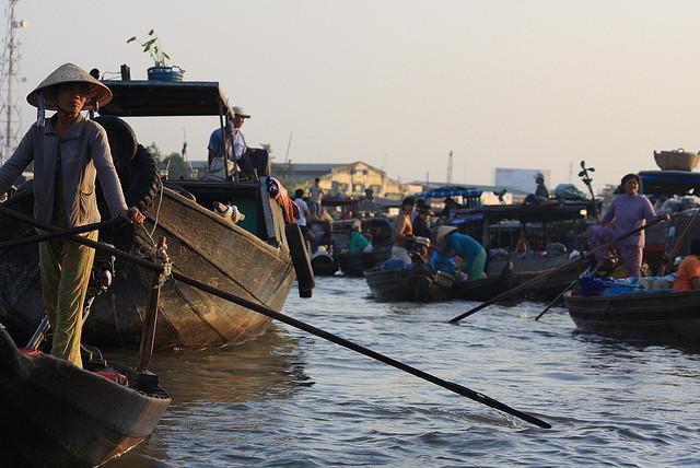 Hombre remando en el río Mekon, Vietnam