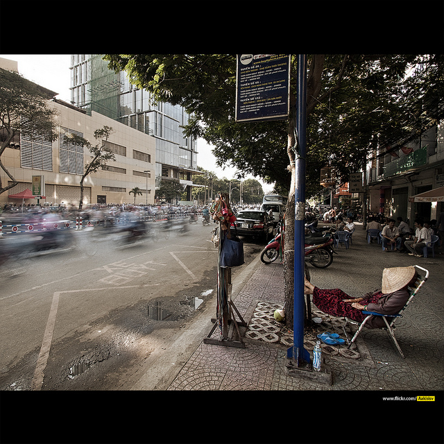 Calles de Hanoi, tráfico y hombre dormido