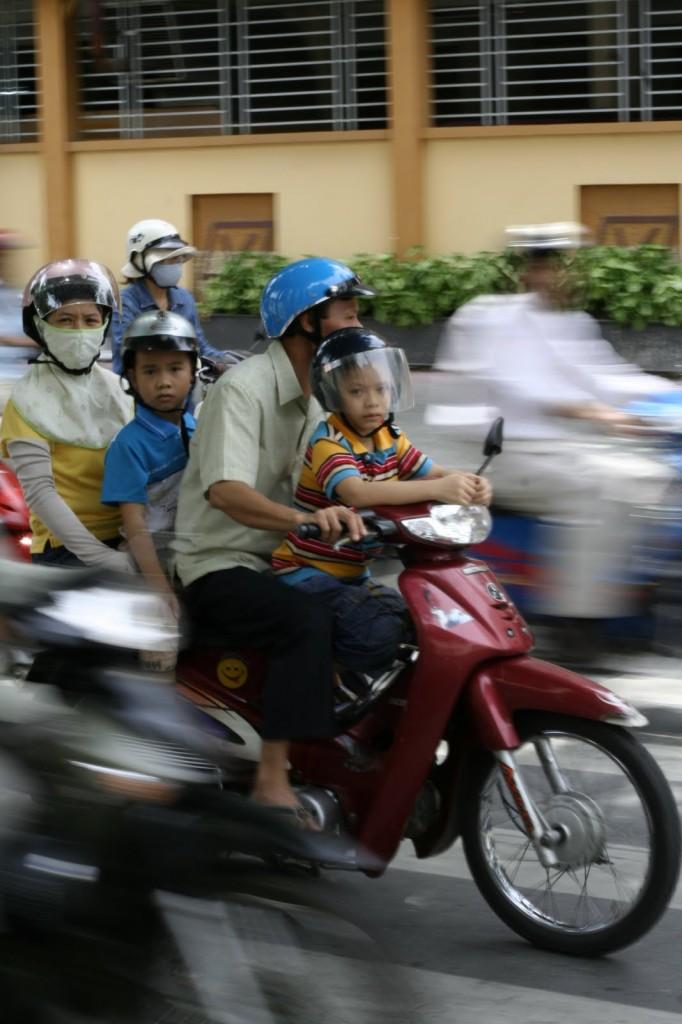 Familia en moto en Ho Chi Minh, Saigon, Vietnam
