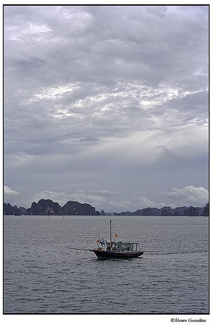 Barca navegando la bahía de Halong, en Vietnam