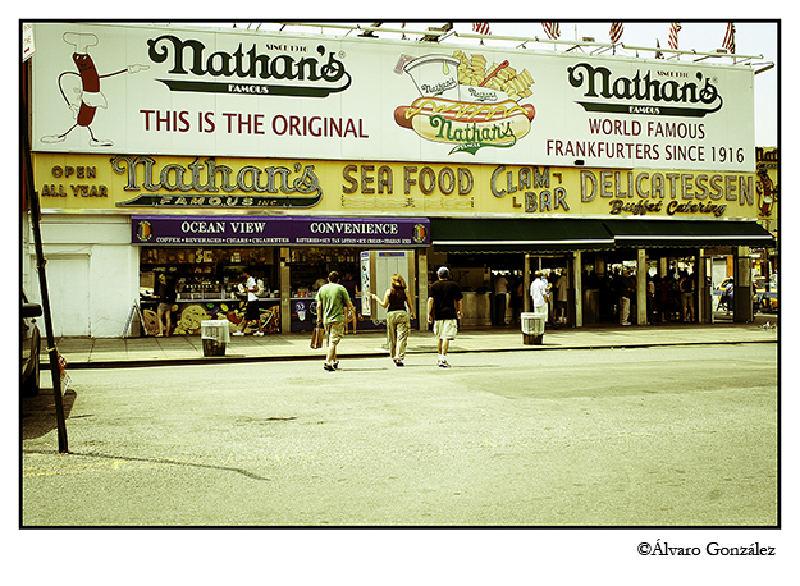 Puesto de perritos calientes de Nathan's en Coney Island, New York