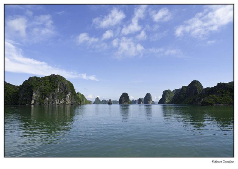 Formaciones kársticas en la Bahía de Halong, Vietnam
