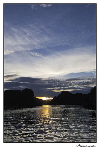 Anochecer en la Bahía de Halong, Vietnam