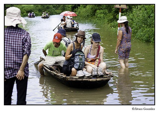 Atravesando inundaciones en CatBa, Halong, Vietnam