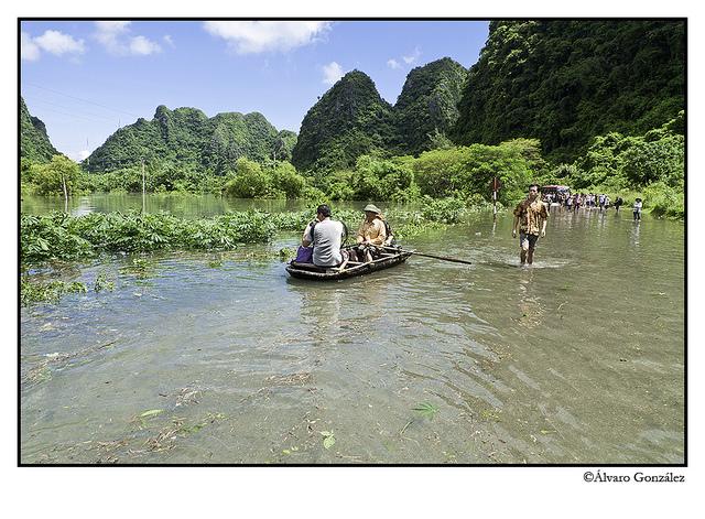 La carretera inundada en la isla de CatBa, Halong, Vietnam