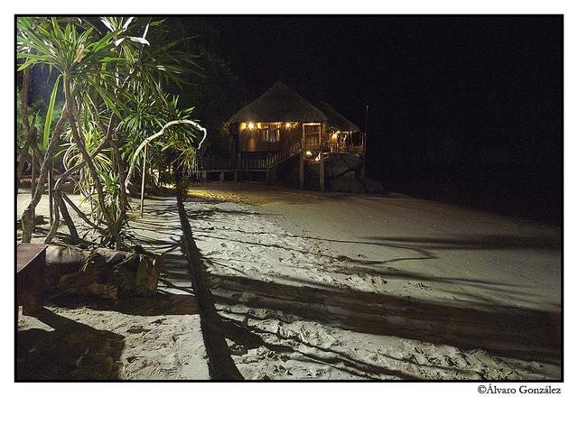 Los bungalows de noche en Halong, Vietnam