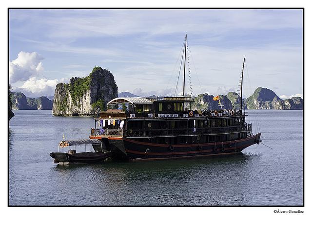 Barco en la Bahía de Halong, Vietnam