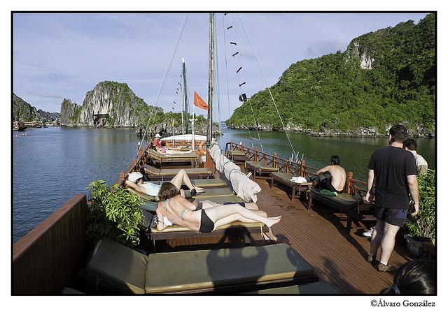 Un barco navega en la Bahía de Halong, Vietnam