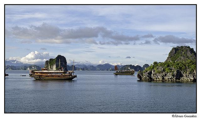 Sampan en la Bahía de Halong, Vietnam