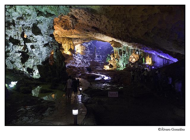 Cuevas en las formaciones karsticas de la Bahía de Halong