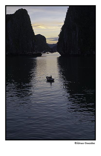 Ocaso en la Bahía de Halong, Vietnam