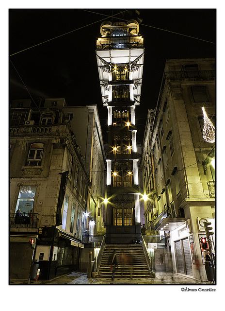 Elevador Santa Justa iluminado de noche, Lisboa, Portugal