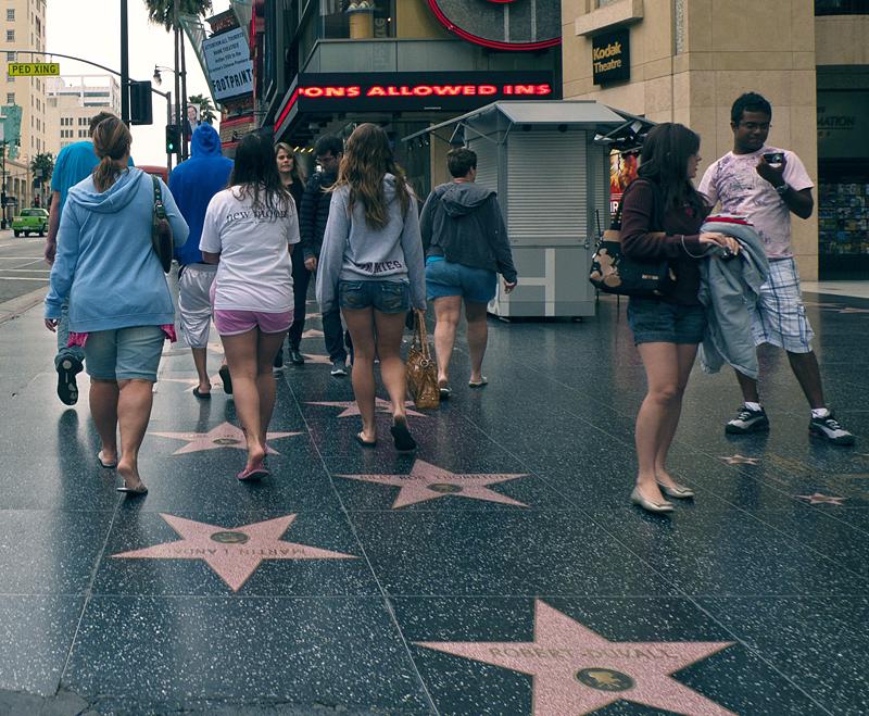 Gente en el paseo de la fama, hollywood boulevard, los ángeles, california, que visitar en los ángeles