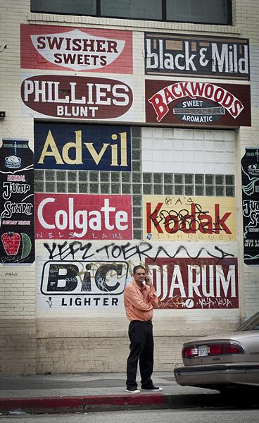 Carteles en una pared de Los Ángeles, California
