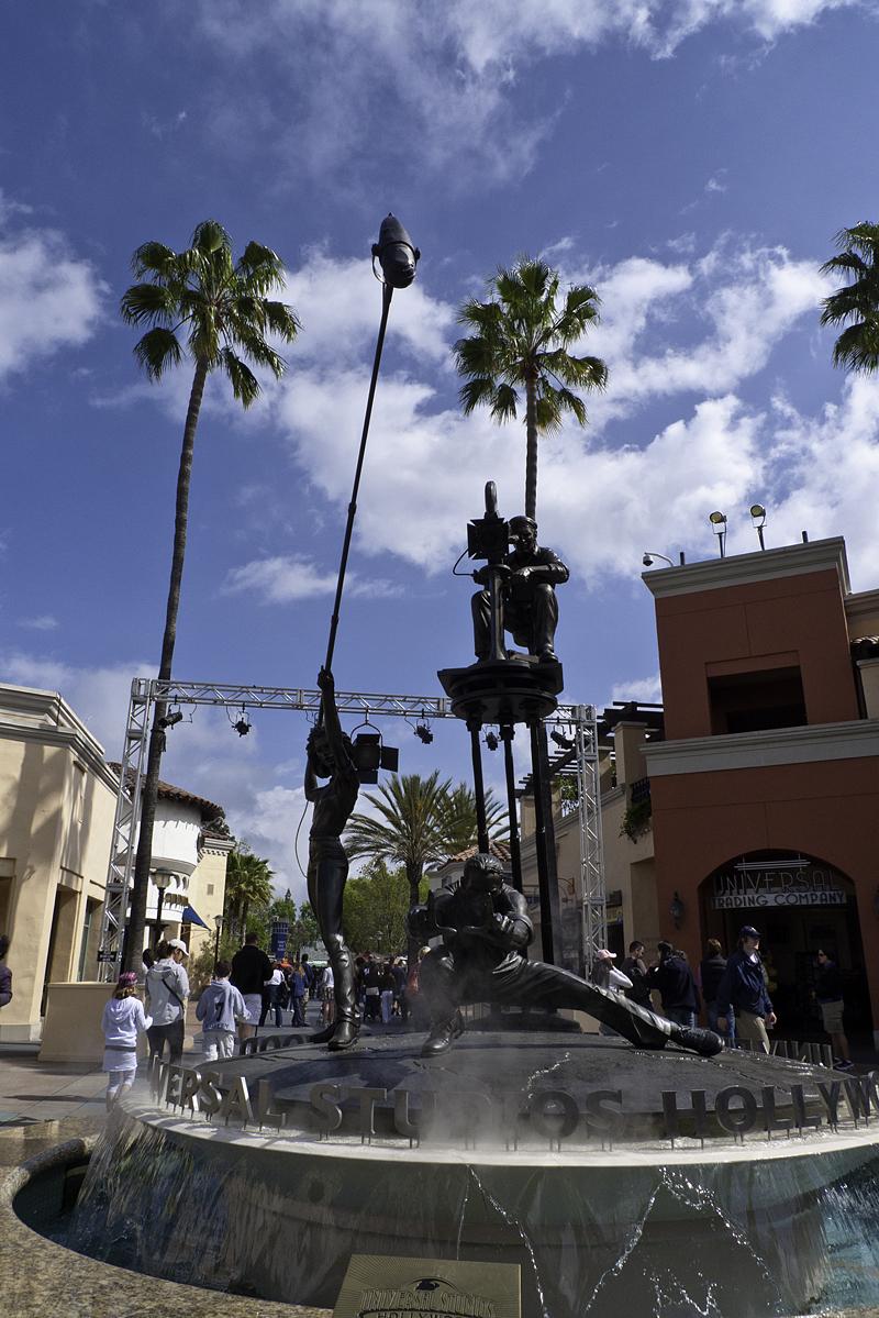 Estatua en la entrada a Universal Studios en Los Angeles, California