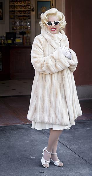 Un actriz anima a los visitantes del Universal Studios, Los Ángeles, California
