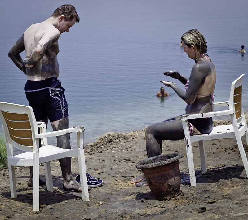 Untando barro en el cuerpo en el Mar Muerto, Jordania