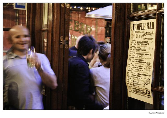 Bebiendo en Temple Bar, Guiness en Temple Bar