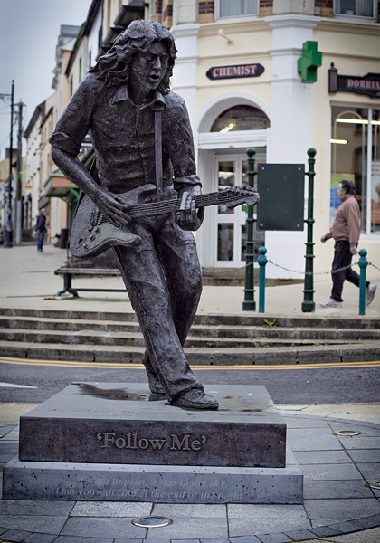 Estatua de Rory Gallagher en Shannon, Gallagher en Irlanda, musicos irlandeses
