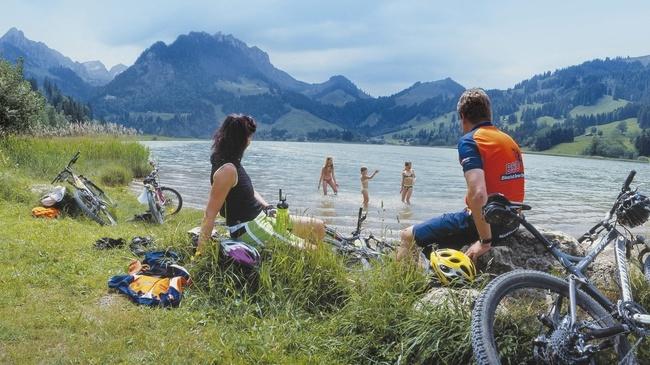 Lago Negro en Schwarzsee, Región de Friburgo en Suiza