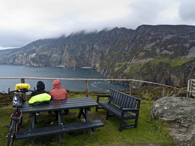 Visitantes en Slieve League, Acantilados de Irlanda
