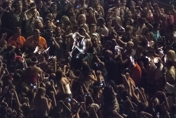 Flo Rida a hombros en concierto