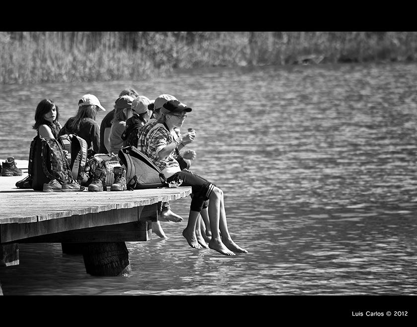 Niños juegan en el embarcadero del Lago Negro, Suiza