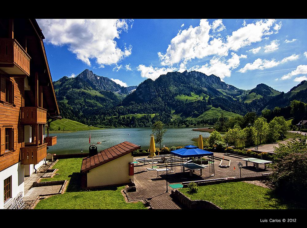 Vistas desde mi habitación en la Hostellerie am Schwarzsee, lago Negro de Suiza