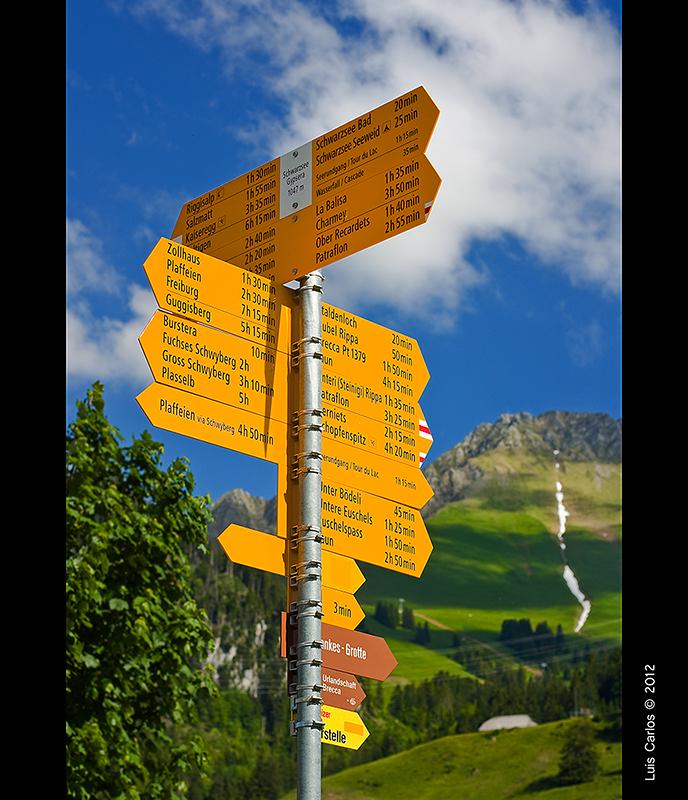 Indicaciones en el Lago Negro Schwarzsee de Suiza