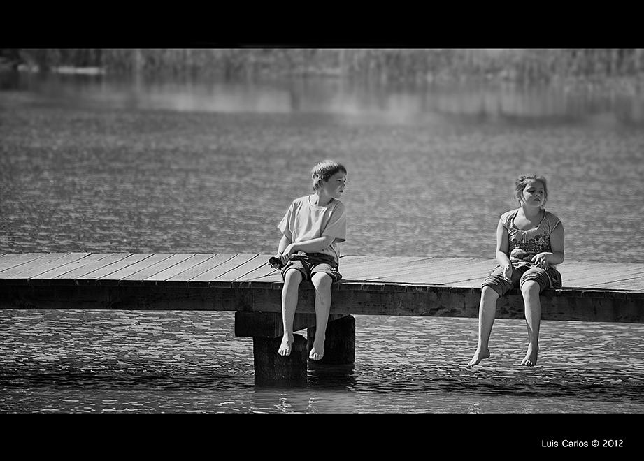 Los niños juegan en el Lago Negro Schwarzsee de Suiza