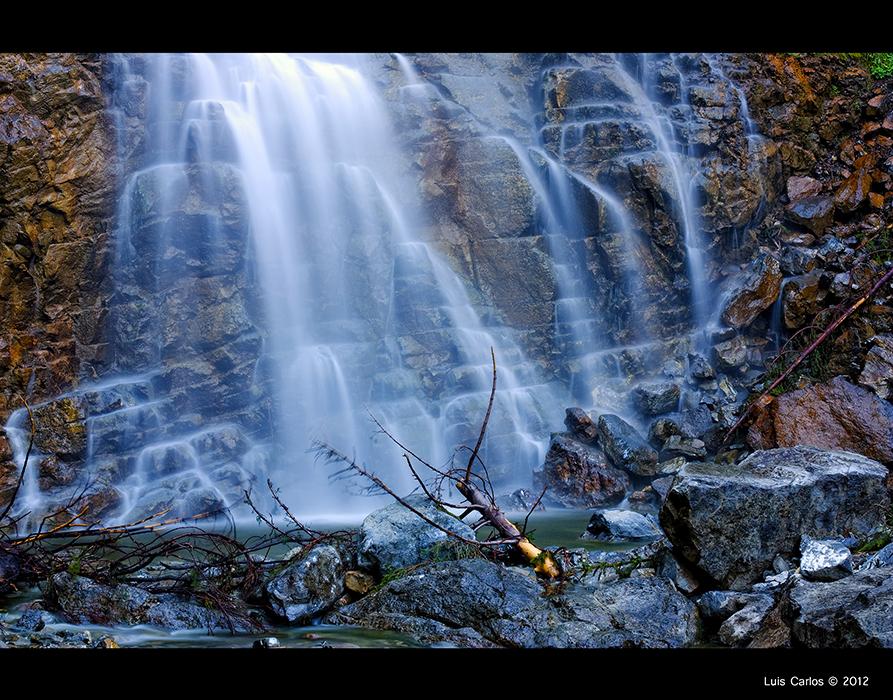 Cascada de la Balisa en el Lago Negro Schwarzsee de Suiza