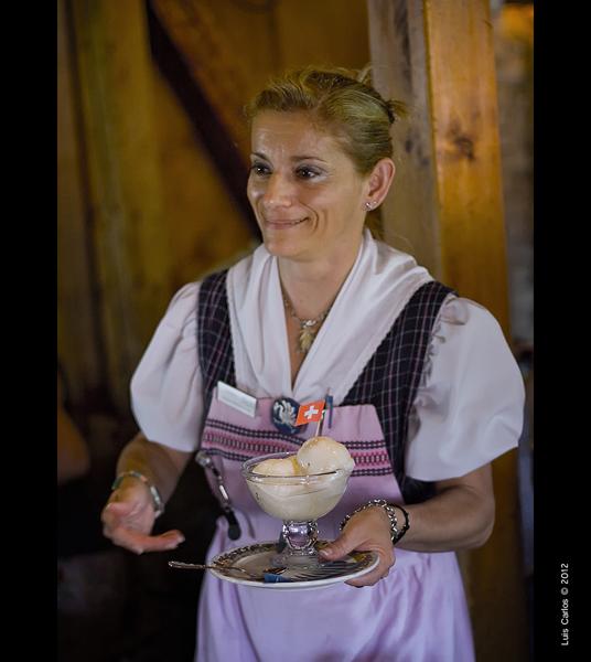 Camarera en un típico bar de Gruyéres, Suiza