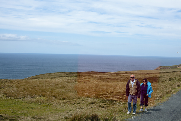Gente paseando por Arranmore Island, Donegal, Irlanda