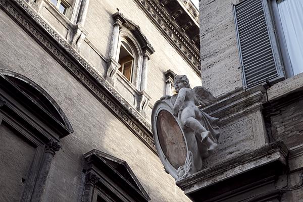 Figura de un ángel en una fachada de Roma, Italia