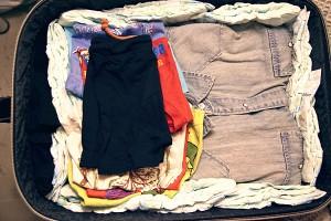 Para viajar con un bebé se llevan los pañales en la maleta