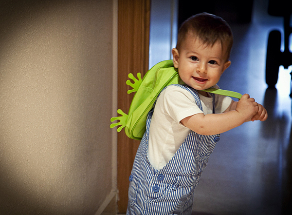 Niño pequeño con Mochila de viaje