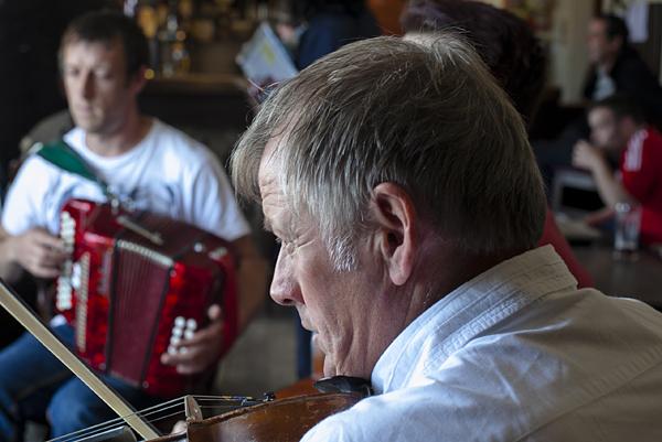 Músicos en un pub de Arranmore, Donegal, Irlanda
