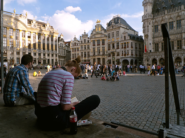 Jóvenes en la Grand Place, Bruselas