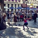 Grupo de gitanos bailando en una plaza de Bruselas