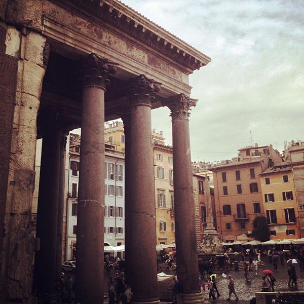 Vista del Panteón y las casas de los alrededores, Roma, Italia