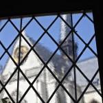 Vista de la catedral a través de una ventana del Ayuntamiento de Lovaina