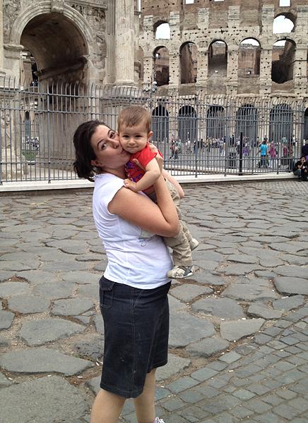 maria y daniel en las afueras de El Coliseo, en Roma, viajar a roma con un bebé