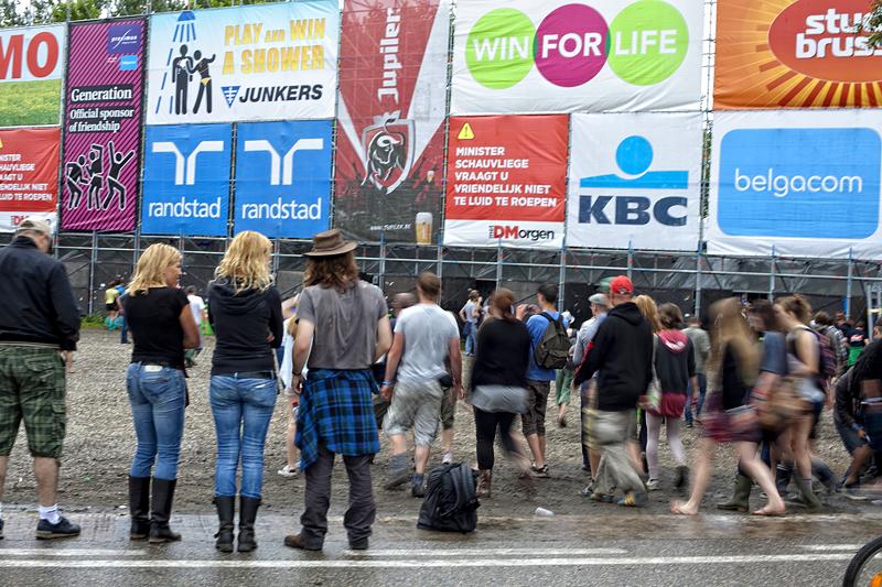 Gente entrando por los accesos del Rock Werchter, en Bélgica