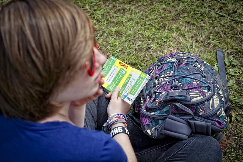Joven mirando el programa de Rock Werchter 2012, en Bélgica