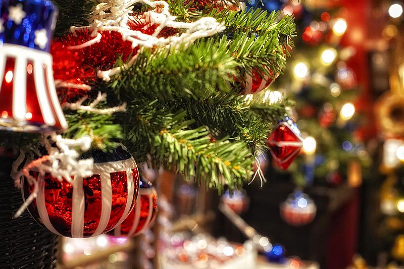 Bola y árbol de Navidad en la tienda de Johann Wanenner en Basilea, Suiza, navidad en basilea