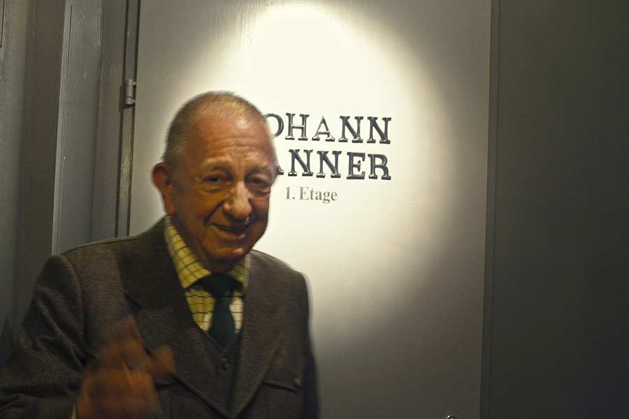 Johan Wanner, retrato en la puerta de una de sus tiendas en Basilea, Suiza