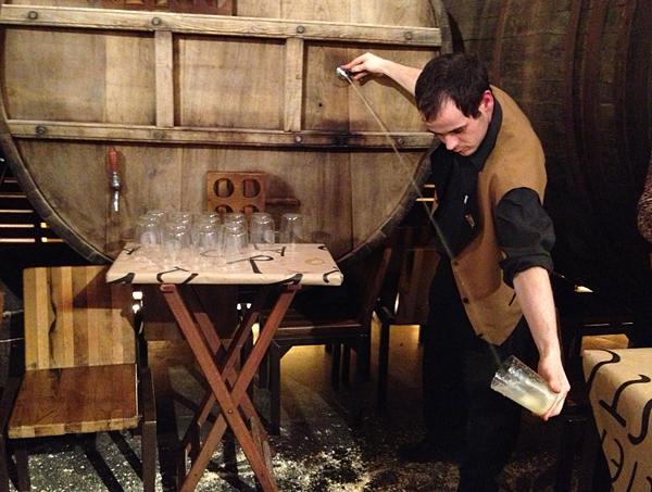Camarero escanciando sidra en Tierra Astur, Oviedo, Asturias