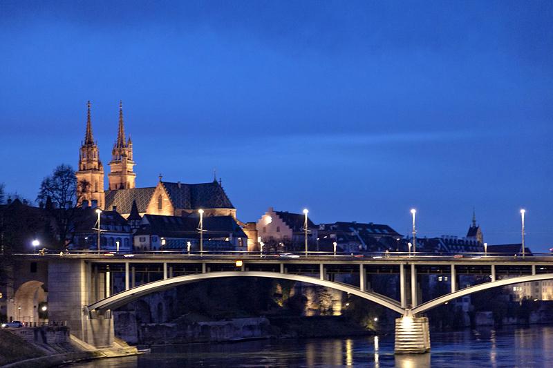 La catedral sobre el Rhin en Basilea, Suiza