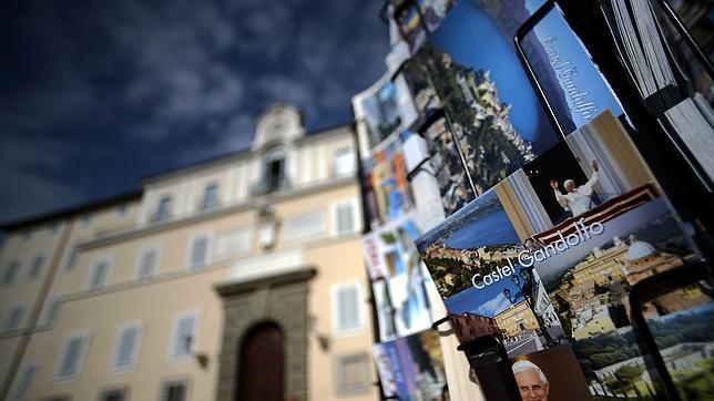 Postales de Castel Gandolfo junto a la puerta del Palacio Papal