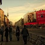 Calles de Berlín, Alemania, con la torre de la televisión al fondodo